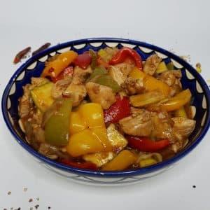 חזה עוף מוקפץ עם ירקות ברוטב צילי חמוץ מתוק