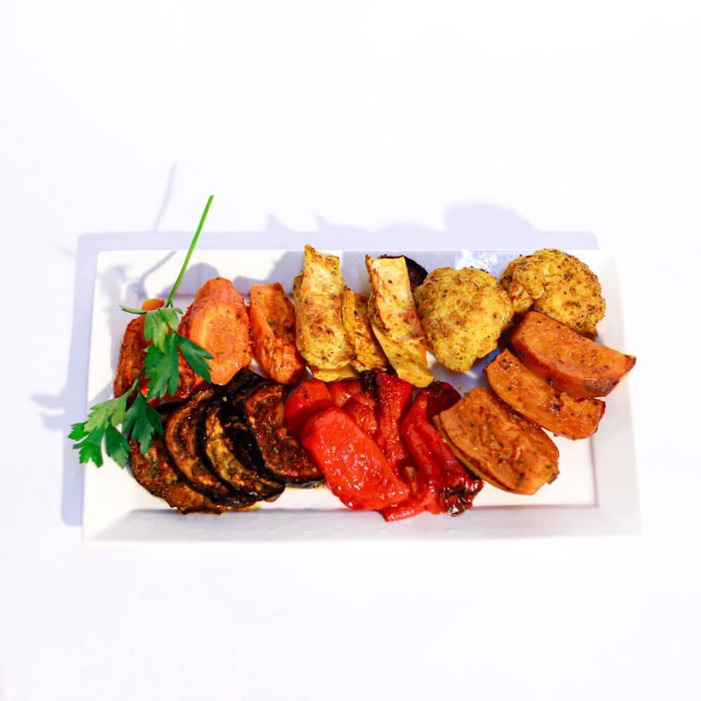 מבחר ירקות בתנור הכוללות חציל ,קישוא ,גזר, שומר, פלפל ובצל.